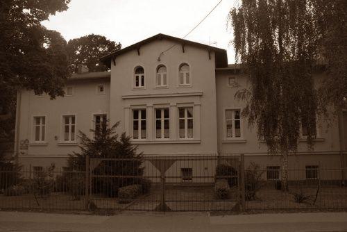 W Swarzędzu rzeczywiście stoi XIX-wieczny dworek, w którym obecnie znajduje się przedszkole. Czy to tutaj Tłuchowski uwięził nieszczęsną Konarzewską?