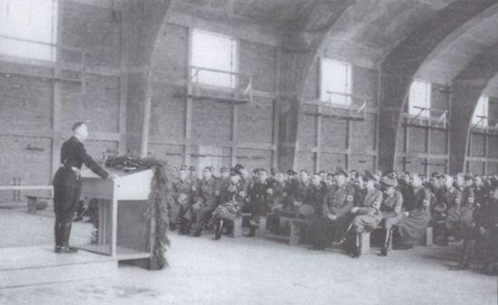 Theodor Eicke przemawia do członków SS Totenkopf-Standarte. W 8. pułku tej jednotski służyło sześćiu górali pełniących wartę przy Hansie Franku na Wawelu.