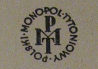 Logo Polskiego Monopolu Tytoniowego. To właśnie on dostarczał największych dochodów do budżetu spośród wszystkich monopoli skarbowych.