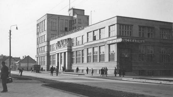 Budynek Poczty Głównej w Gdyni. W trakcie budowy przekroczono kilkukrotnie zakładany kosztorys i w efekcie budowa kosztowała więcej niż wzniesienie opery paryskiej.