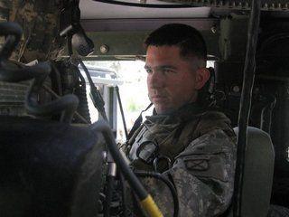 Porucznik Sean Parnell w swoim Humvee. Mimo że po kilku miesiącach walk był już przyzwyczajony do okrucieństw wojny, to widok potwornie okaleczonego przez rebeliantów chłopca zrobił na nim wstrząsające wrażenie