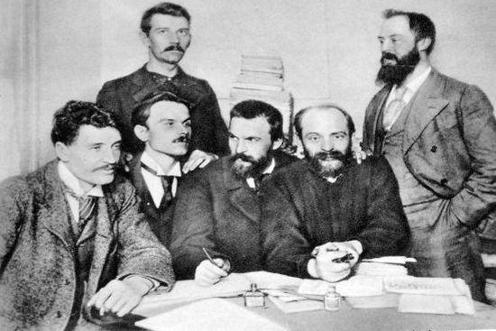 W Londynie Mościcki klepał biedę, jednak nie przestał zajmować się polityką, włączając się w działalność PPS. Na zdjęciu z 1896 r. wraz z grupą socjalistów. Mościcki pierwszy z lewej, w środku Józef Piłsudski.