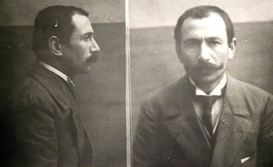 """Vincenzo Peruggia, to właśnie on ukradł """"Mona Lisę"""". Zdjęcie z kartoteki policyjnej."""