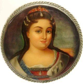 Młoda Katarzyna Wielka (podobizna na rosyjskiej broszy. Źródło: Therussianshop.com).