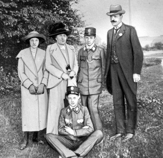 """""""Szczęśliwa"""" rodzina Mościckich, kilkanaście lat po wydarzeniach opisanych w artykule."""