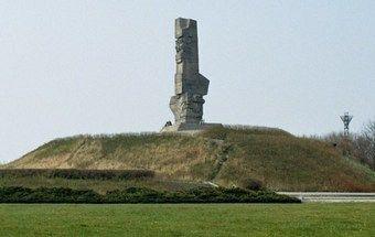 Pomnik Obrońców Wybrzeża, upamiętniający między innymi żołnierzy walczących na Westerplatte. Wokół tej batalii narosło wiele mitów, które obecnie weryfikują najnowsze ustalenia historyków. (fot. Franciszek Duszeńko; lic. CC BY-SA 3.0)