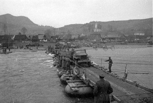 """Między innymi takie mosty pontonowe były celem pilotów-samobójców z eskadry """"Leonidas"""" (KG-200 """"V""""), dowodzonej przez podpułkownika Heinera Langego."""