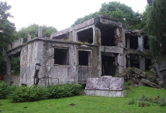 Tyle dzisiaj zostało z koszar w których mieszkała załoga Wojskowej Składnicy Tranzytowej (fot. Jan Jerszyński, lic. CC ASA 2.5).