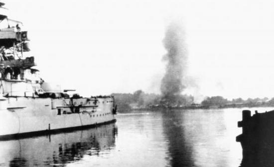 """""""Schleswig-Holstein"""" ostrzeliwuje Westerplatte. Artyleria pokładowa starego pancernika dwukrotnie (1 i 7 września) obrała sobie za cel Wojskową Składnicę Tranzytową."""