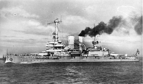 """Pancernik """"Schleswig-Holstein"""". To z jego dział pokładowych pierwszego i siódmego września ostrzeliwano Westerplatte."""