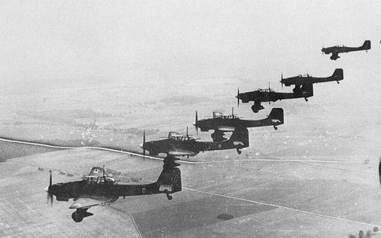 2 września po godzinie osiemnastej 58 Junkersów Ju 87B Stuka zrzuciło 26,5 tony bomb na Westerplatte. Był to jedyny atak niemieckich samolotów na Wojskową Składnicę Tranzytową.