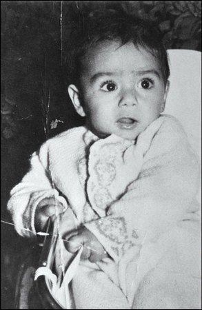 Ten rozkoszny bobas to nie kto inny jak mały Saddam. Niestety nie mógł on liczyć na szczęśliwe dzieciństwo.