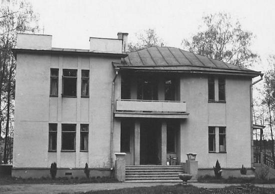 Podmoskiewska dacza ambasady Stanów Zjednoczonych. To właśnie w jej ogrodzie, w czasie trwania drugiej wojny światowej hodowano kury i uprawiano warzywa, aby wykarmić pracowników placówki oraz rozmaitych innych amerykańskich misji.