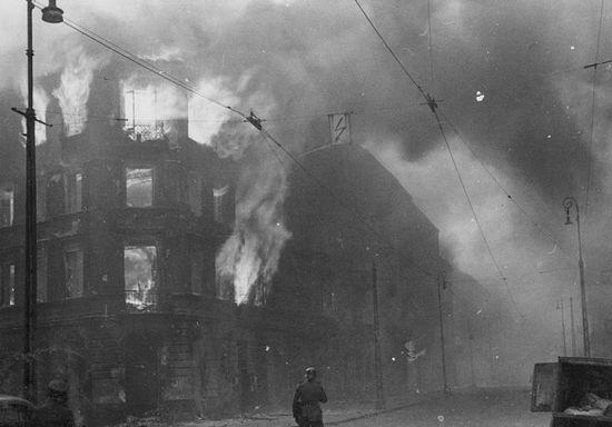 Bojownicy ŻOB ruszyli do walki z Niemcami mając tylko jeden cel: zginąć z bronią w ręku. Dowództwo Armii Krajowej nie miało zamiaru ułatwiać im tego i nie zgodziło się na przekazywanie większych partii uzbrojenia za mury getta. Na zdjęciu Niemcy obserwują płonące budynki podczas powstania w getcie.