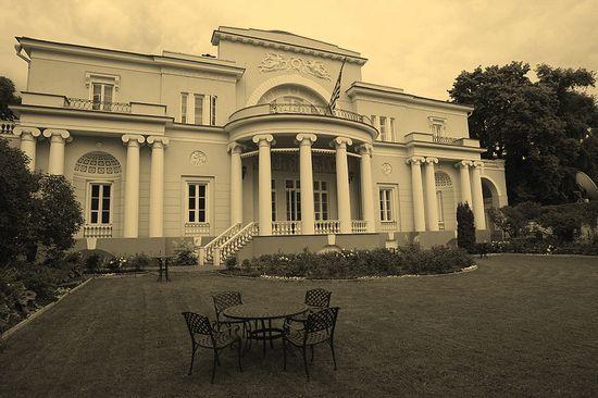 Spaso House. Budynek amerykańskiej ambasady w Moskwie. W trakcie, gdy urzędował tam William Harrison Standley, placówka borykała się z ciągłymi problemami aprowizacyjnymi.