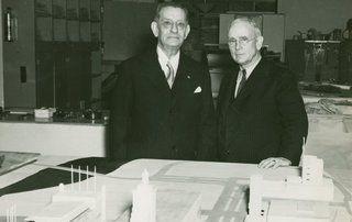 Admirał William H. Standley (z prawej) w trakcie zwiedzania Wystawy Światowej w Nowym Jorku (1940 r.). Wygląda na zadowolonego z życia. Wtedy jeszcze nie wiedział, co będzie go czekać w Moskwie.