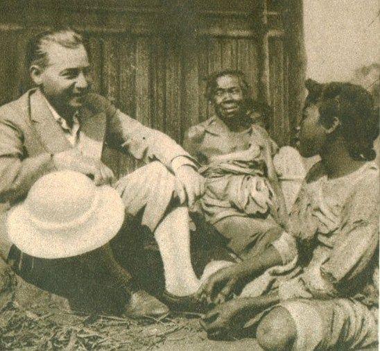 W 1937 r. na Madagaskar wyjechała komisja mająca sprawdzić możliwości kolonizacji wyspy. Na zdjęciu jej kierownik mjr Mieczysław Lepecki rozmawia z Malgaszami.