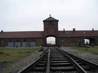Brama wjazdowa do obozu Auschwitz II (Birkenau). To przez nią przejeżdżały transporty setek tysięcy nieświadomych niczego ofiar niemieckiej machiny eksterminacyjnej.
