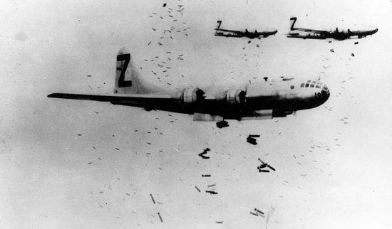 Amerykańskie bombowce B-29 zrzucają swój piekielny ładunek bomb zapalających. Już wkrótce kolejne japońskie miasto stanie w płomieniach.