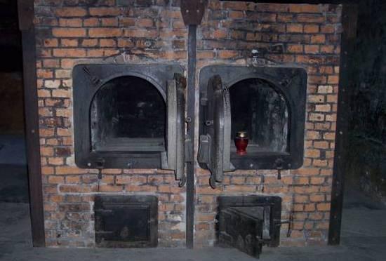 Piec krematoryjny z obozu w Auschwitz. To właśnie m.in. przy ich obsłudze pracowali członkowie Sonderkommando (fot. Pimke; lic. CC ASA 3.0).
