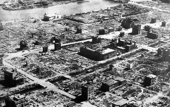 Zdjęcie jednej z tokijskich dzielnic wykonane 10 marca 1945 roku. Widać na nim doskonale skalę zniszczeń, jakie spowodowała gigantyczna burza ogniowa.