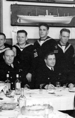 Kiedy Henryk Kłoczkowski (siedzi drugi z lewej) zostawał kapitanem Orła, nic nie wskazywało na, że splami honor podwodnika.