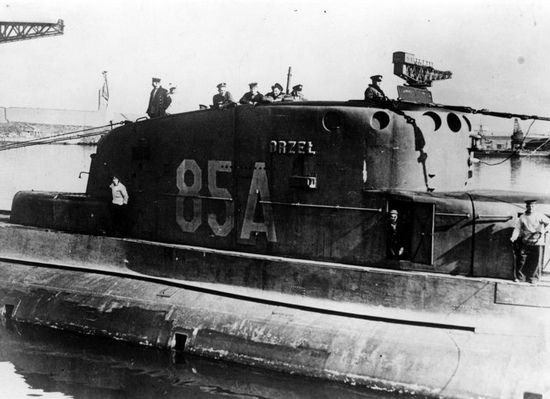 Decyzja komandora Kłoczkowskiego o zejściu z pokładu Orła podzieliła załogę okrętu i odbiła się negatywnie na jej morale. Na zdjęciu Orzeł cumuje w brytyjskim porcie.
