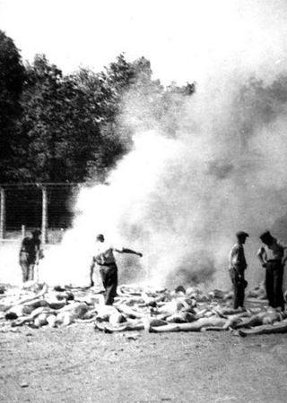 Członkom Sonderkommando za chwilowe odroczenie wyroku śmierci musieli m.in. zajmować się paleniem zwłok zamordowanych więźniów obozu.