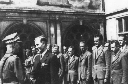 Władysław Sikorski odwiedza Cichociemnych w ośrodku szkoleniowym w Audley Park, by udekorować ich orderami Virtuti Militari.