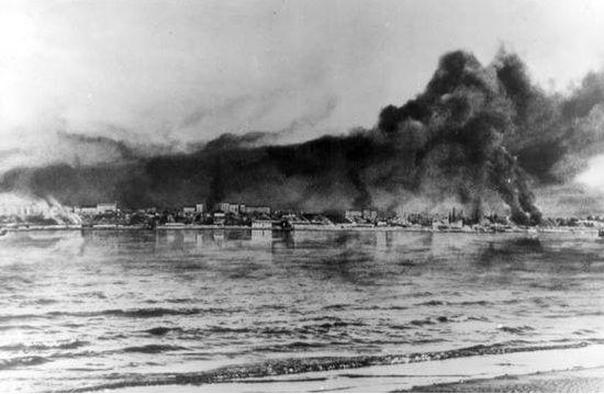 W trakcie trwającego 14 godzin bombardowania Niemcy zrzucili na miasto blisko tysiąc ton bomb. Zabijając nawet 40 tysięcy ludzi. Na zdjęciu płonący Stalingrad.