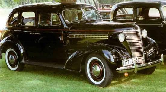 Fiat 508 to jednak jeszcze nic w porównaniu np. z montowanym w tym czasie u nas Chevroletem Masterem. Kosztował on bowiem ponad 7600 zł i palił niemal 14 litrów na 100 km. Czyli tygodniowa pensja robotnika pozwoliłaby na przejechanie zaledwie 250 km (fot. Lars-Göran Lindgren; lic. CC ASA 3.0).