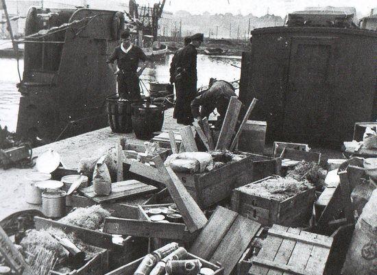 """Po dostarczeniu zapasów wszystkie skrzynki trzeba było otworzyć, a ich zawartość rozłożyć luzem po zakamarkach okrętu, Wykorzystując każdy centymetr przestrzeni. Zdjęcie i podpis pochodzą z książki Lawrence'a Patersona, """"U-Boot. Życie codzienne na niemieckim okręcie podwodnym...""""."""