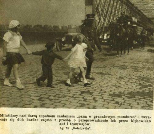 Nie zawsze policjanci mieli tak dobre relacje z dziećmi, jak na tej fotografii opublikowanej przez Światowida...