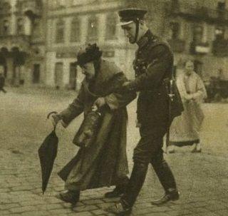 Przeprowadzanie staruszek przez ulicę? W tym jednym przedwojenni policjanci byli ekspertami.