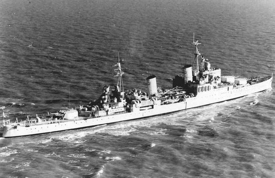 """Flagowy okręt wiceadmirała Burrougha, krążownik HMS """"Nigeria"""". Po jego uszkodzeniu oraz zatopieniu krążownika przeciwlotniczego HMS """"Cairo"""" konwój stracił kontakt z bazą na Malcie."""