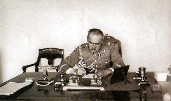 Marszałek Józef Piłsudski w swoim gabinecie przy pracy. Czyży pisał kolejny artykuł?