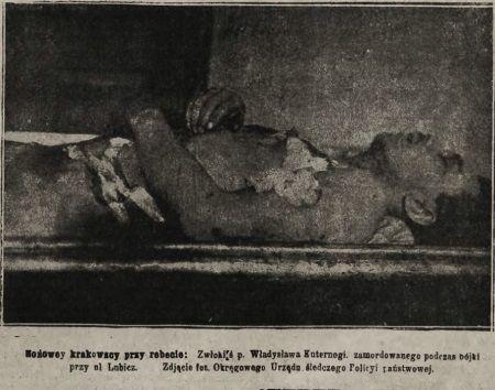 Kraków od dawna ma problem z nożownikami. Na zdjęciu ofiara niezidentyfikowanego mordercy w mundurze.