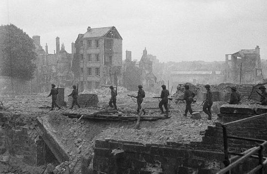 Żołnierze Królewskiego Korpusu Wojsk Inżynieryjnych w tym co zostało z Caen. Lipiec 1944 r.