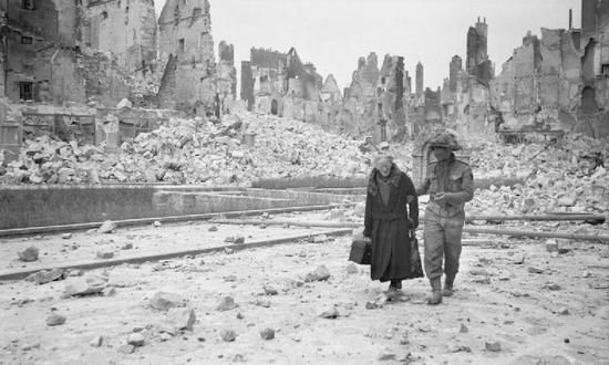Caen w wyniku nalotu dywanowego dokonanego w nocy z 5 na 6 czerwca zostało niemal zrównane z ziemią. Skalę zniszczeń doskonale pokazuje to zdjęcie, wykonane po wkroczeniu wojsk alianckich do miasta.