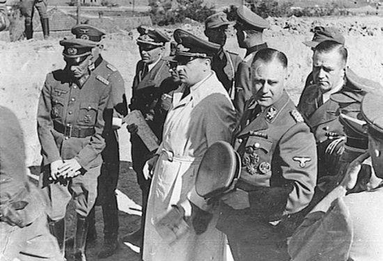 Wilhelm Koppe dał się poznać jako zaciekły wróg Polaków. Miał na swoim sumieniu liczne zbrodnie, zarówno na terenie Kraju Warty jak i Generalnego Gubernatorstwa. Na zdjęciu (trzyma w ręku czapkę) wraz z generalnym gubernatorem Hansem Frankiem (w jasnym płaszczu).
