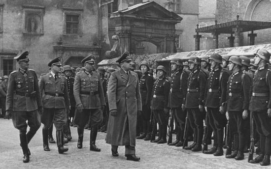 Spora doza szczęścia oraz szybka reakcja sprawiły, że Koppe wyszedł z zamachu bez szwanku i sprawował swój urząd aż do końca istnienia Generalnego Gubernatorstwa. Na zdjęciu (drugi z lewej) podczas uroczystości z okazji piątej rocznicy jego utworzenia (październik 1944).