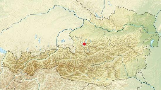 """Na mapie Austrii czerwoną kropką zaznaczony Salzkammergut. To właśnie tam miała się rzekomo znajdować """"Reduta narodowa"""", czyli ostatni bastion nazistów (autor grafiki: Uwe Dedering; lic. CC ASA 3.0)."""