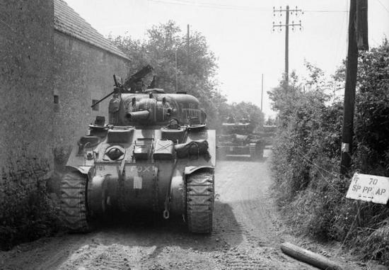 Czołgi Sherman i Cromwell w drodze do Tilly-sur-Seulles. 13 czerwca 1944 r.