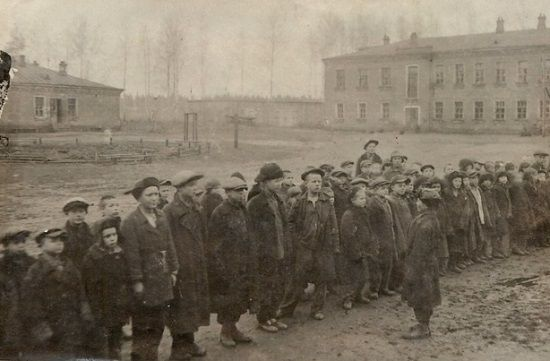 Ci mali chudzi i brudni malcy to wychowankowie radzieckiego sierocińca. Tak to wyglądało w rzeczywistości...