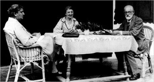 On, ona i kochanka. Doktor Freud sam też miał mocno pomieszane w głowie. Na zdjęciu ze swoją żoną i jej młodszą siostrzyczką.