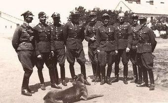 Oficerowie kawalerii w pełnej okazałości. Ich schludne mundury i wypastowane oficerki to owoc wytężonej pracy ordynansów.