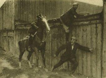 """Pościg policji konnej za bandytami na zdjęciu """"Tajnego Detektywa""""."""