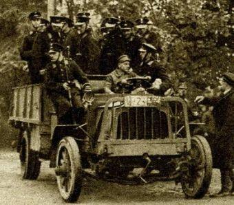 Policjanci w pościgu za bandytami.