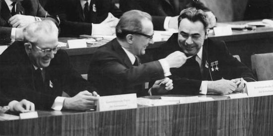 Od lewej Jurij Andropow, Erich Honecker oraz Leonid Breżniew podczas zjazdu Socjalistycznej Partii Jedności Niemiec. Berlin 1967 (źródło Bundesarchiv, lic. C-BY-SA).