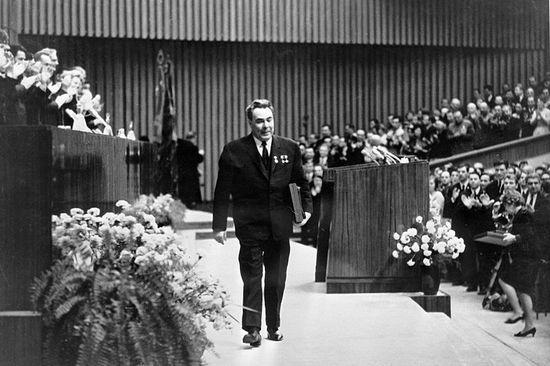 Breżniew raźnym krokiem schodzi z mównicy po wygłoszeniu przemówienia na zjeździe plenarnym KC KPZR w 1968 r. Wydaje się, że to okaz zdrowia, ale już wtedy cierpiał na wiele dolegliwości (źródło: RIA Novosti archive; lic. CC ASA 3.0).